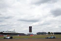 Valtteri Bottas, Williams FW37 davanti a Lewis Hamilton, Mercedes AMG F1 W06