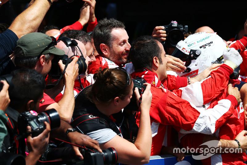 Sebastian Vettel, Ferrari merayakan raihan peringkat ketiganya bersama the team di parc ferme