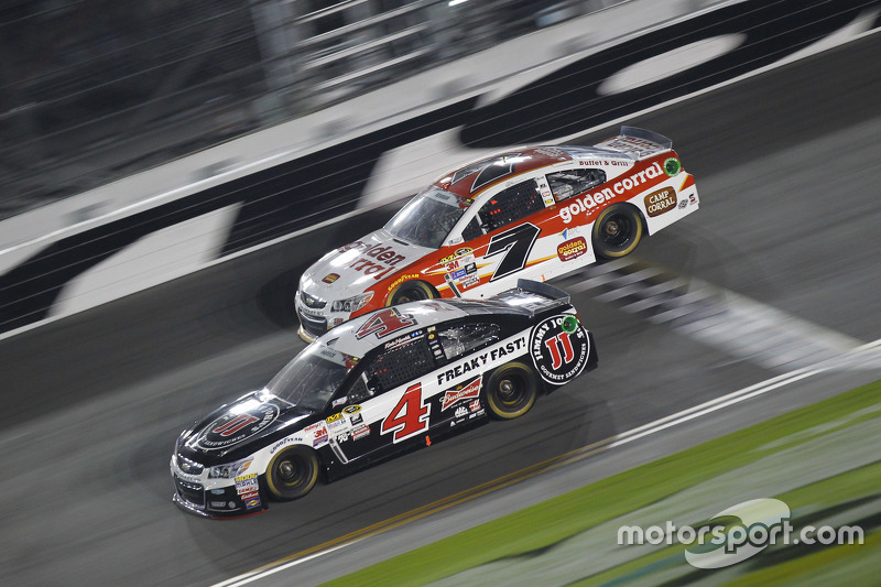 Alex Bowman, Tommy Baldwin Racing Chevrolet dan Kevin Harvick, Stewart-Haas Racing Chevrolet