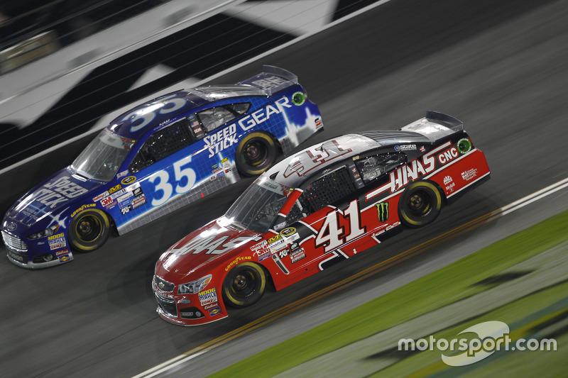 Cole Whitt, Front Row Motorsports Ford dan Kurt Busch, Stewart-Haas Racing Chevrolet
