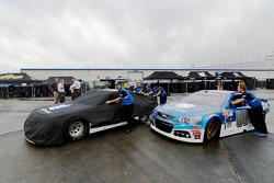 Hendrick Motorsports ekip üyeleri Dale Earnhardt'ın aracını itiyor
