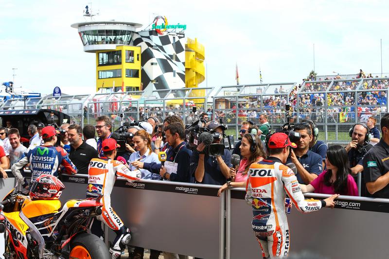 Марк Маркес та Дані Педроса, Repsol Honda Team та Хорхе Лоренцо, Yamaha Factory Racing в закритому парку після кваліфікації