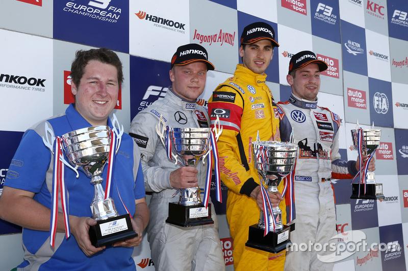Race 1 Podium: second place Felix Rosenqvist, Prema Powerteam and winner Antonio Giovinazzi, Jagonya