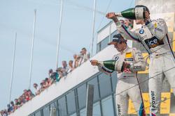 Peringkat kedua Antonio Felix da Costa, BMW Team Schnitzer BMW M4 DTM, dan pemenang balapan, Marco Wittmann, BMW Team RMG BMW M4 DTM