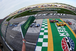 Start: Kyle Larson, Chip Ganassi Racing Chevrolet memimpin