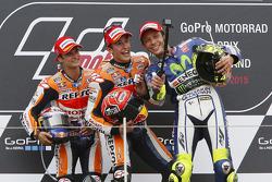 Podium: segundo, Dani Pedrosa y el ganador, Marc Márquez, Repsol Honda Team y el tercero, Valentino