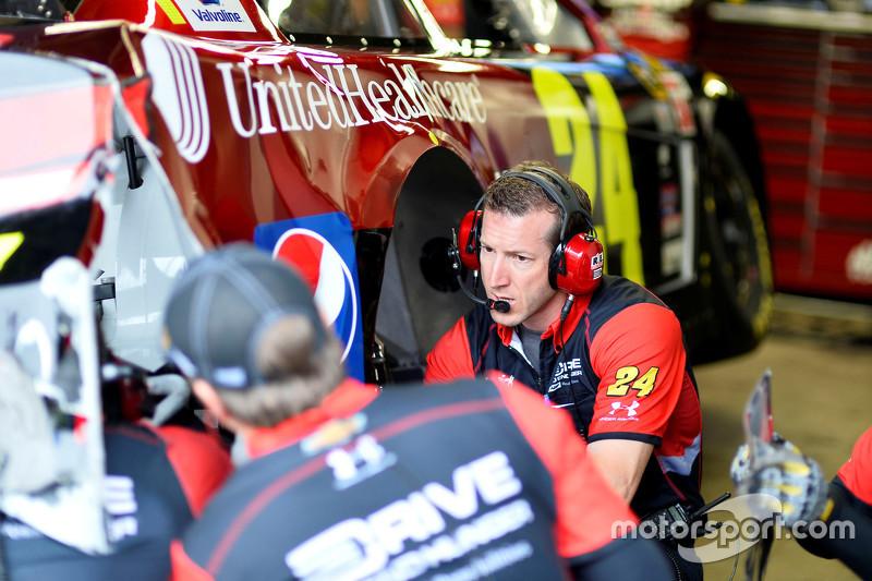 Alan Gustafson mira el daño a Jeff Gordon de Hendrick Motorsports Chevrolet