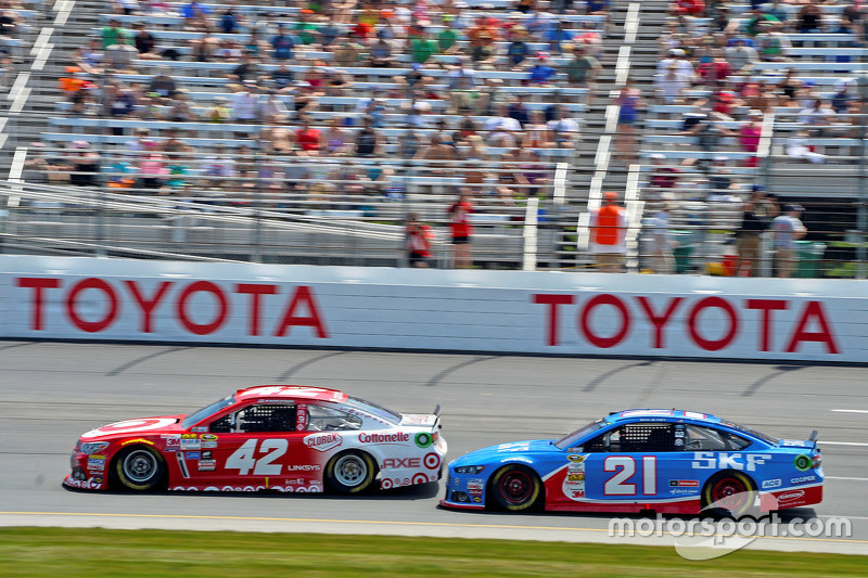 Kyle Larson, Chip Ganassi Racing Chevrolet and Ryan Blaney, Woods Brothers Racing Ford