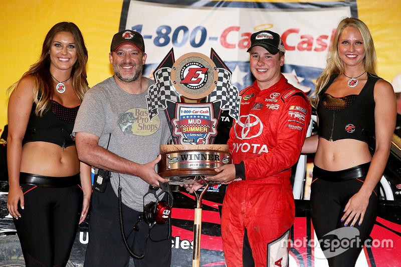 Vencedor, Christopher Bell, Kyle Busch Motorsports, com o dono de Eldora, Tony Stewart