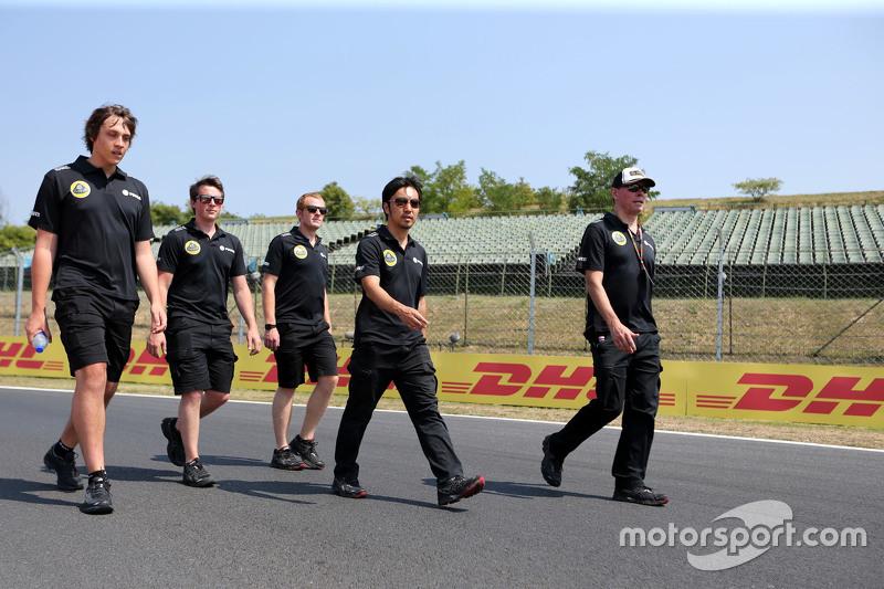 Alan Permane, chefe de operações da Lotus F1 Team e Ayao Komatsu, Lotus F1 Team
