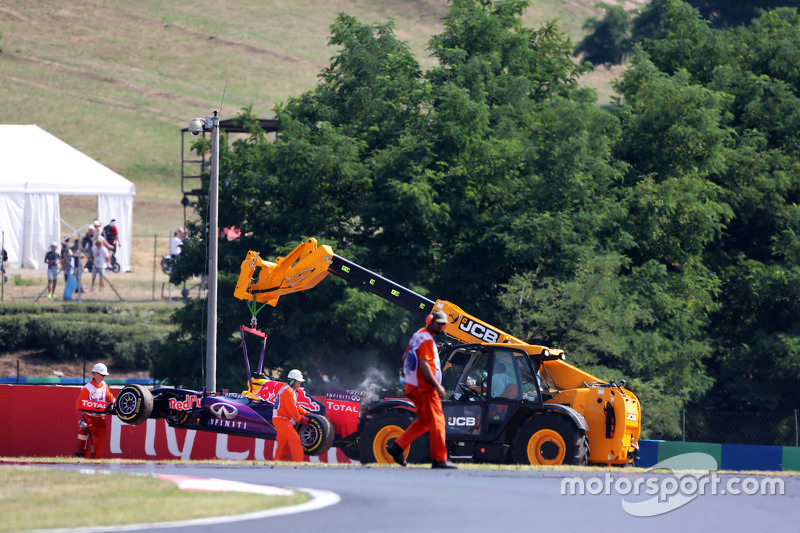Red Bull Racing RB11 of Daniel Ricciardo, is removed by marshals dan a recovery vehicle