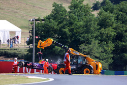 Red Bull Racing RB11 Даниэля Риккардо убирают эвакуатором