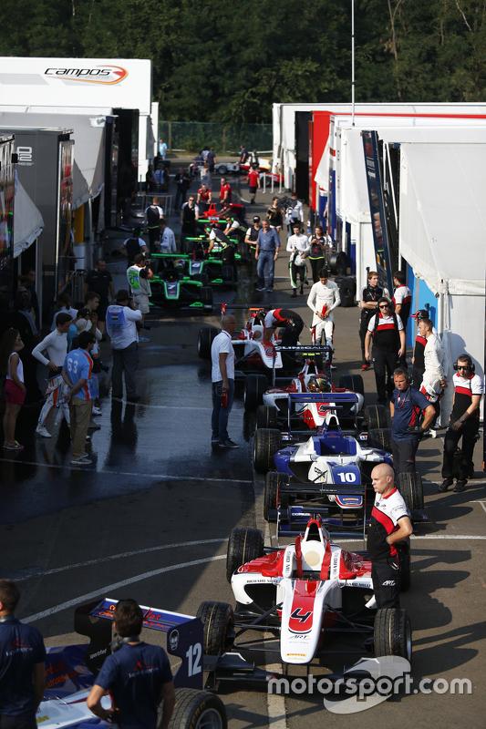 GP3 cars line up di paddock