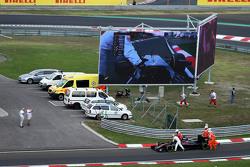 Фернандо Алонсо толкает McLaren MP4-30 в боксы во время квалификации