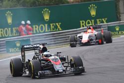 Фернандо Алонсо, McLaren MP4-30 блокирует колеса на торможении