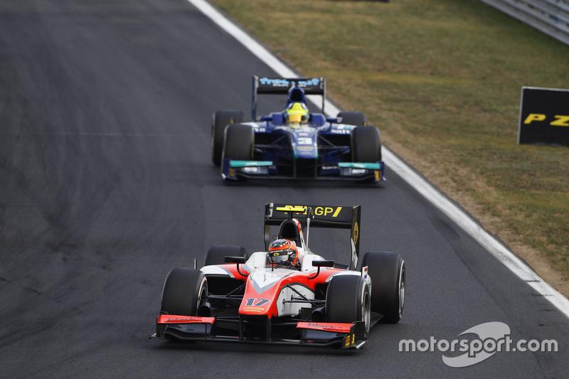 Daniel De Jong, MP Motorsport memimpin di depan Julian Leal, Carlin