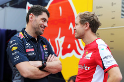 (Kiri ke Kanan): Guillaume Rocquelin, Red Bull Racing Head of Race Engineering dengan Sebastian Vettel, Ferrari