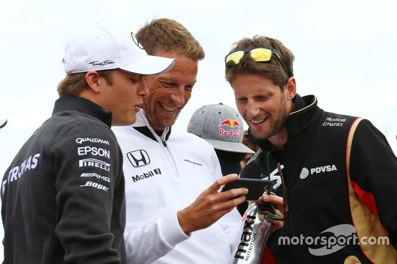 (Kiri ke Kanan): Nico Rosberg, Mercedes AMG F1 dengan Jenson Button, McLaren dan Romain Grosjean, Lotus F1 Team dalam parade pembalap