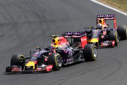 Даниил Квят, Red Bull Racing (впереди), и Даниэль Риккардо, Red Bull Racing