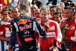 Слева направо: Даниил Квят, Red Bull Racing, и победитель гонки Себастьян Феттель, Ferrari