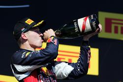 Даниил Квят, Red Bull Racing, празднует второе место на подиуме