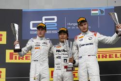 Podium: second place Stoffel Vandoorne and winner Nobuharu Matsushita, ART Grand Prix and third place Sergey Sirotkin, Rapax