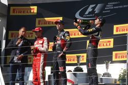 (Kiri ke Kanan): Kai Ebel, Presenter RTL TV; Sebastian Vettel, Ferrari; Daniil Kvyat, Red Bull Racing; dan Daniel Ricciardo, Red Bull Racing di podium