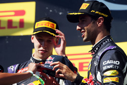 (Kiri ke Kanan): Daniil Kvyat, Red Bull Racing dengan Daniel Ricciardo, Red Bull Racing di podium