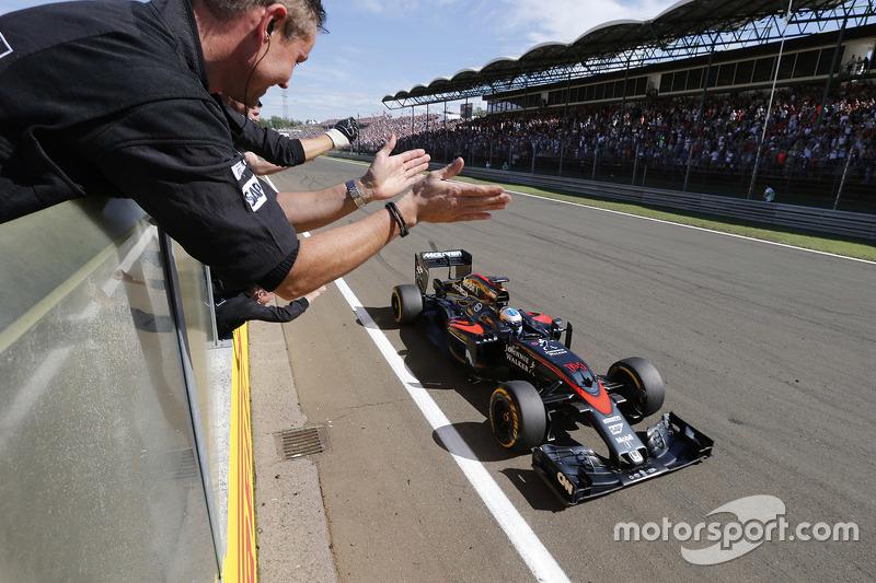 Фернандо Алонсо пересекает финишную черту Гран При Венгрии