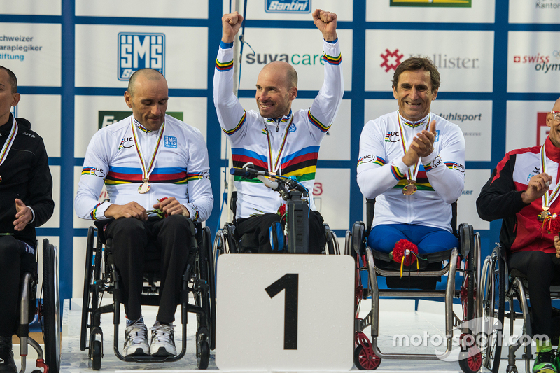 Alex Zanardi berkompetisi di UCI Para-cycling World Championship dengan rekan setim Vittorio Podest_