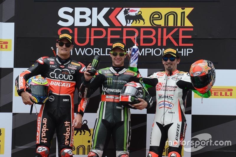 Podium 1. Rennen: 2. Chaz Davies, Ducati Team; 1. Jonathan Rea, Kawasaki; 3. Max Biaggi, Aprilia Rac