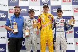 Podio: ganador de la carrera Antonio Giovinazzi, Jagonya Ayam con Carlin Dallara Volkswagen, el segu