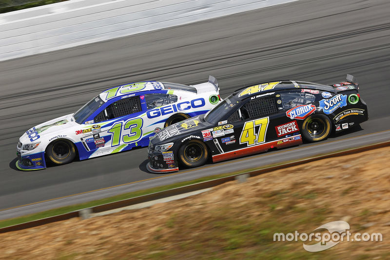 Casey Mears, Germain Racing Chevrolet dan A.J. Allmendinger, JTG Daugherty Racing Chevrolet