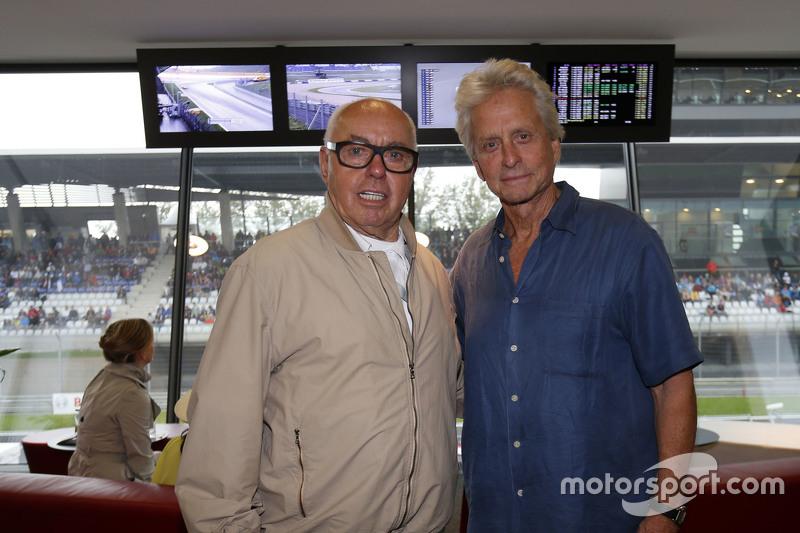 Michael Douglas bersama Hans werner Aufrecht, founder of AMG Engine Production, dan Development