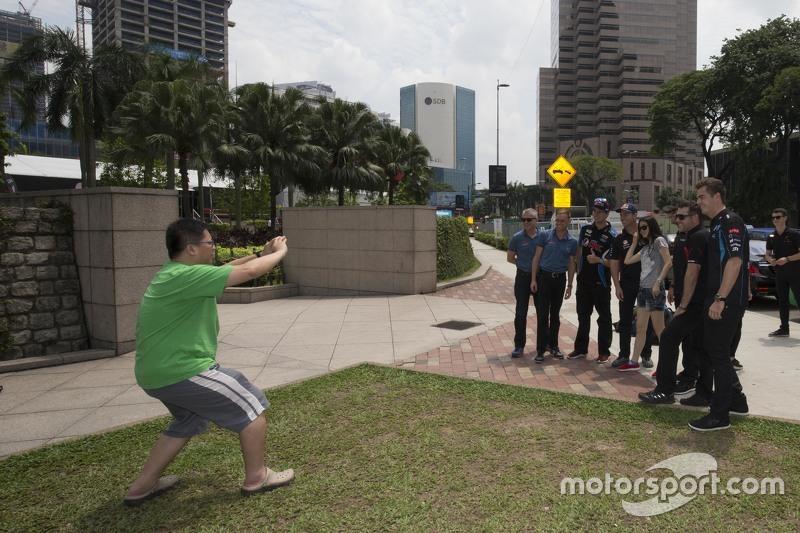 Will Davison, Erebus Motorsport dan Todd Kelly, Nissan Motorsports dan Scott McLaughlin, Garry Rogers Motorsport dan Chaz Mostert, Prodrive Racing Australia dan Craig Lowndes, Triple Eight Race Engineering mengunjungi Menara Petronas di Kuala Lumpur, Malaysia, 05 Agustus 2015.