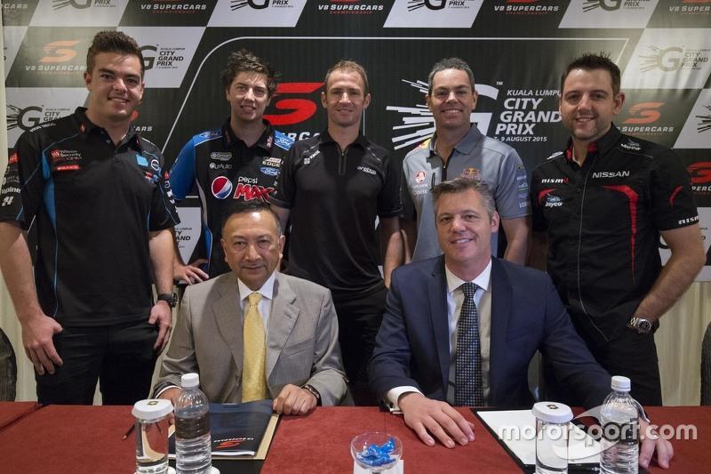 (Baris Belakang)Scott McLaughlin, Gary Rogers Motorsport dan Chaz Mostert, Prodrive Racing Australia