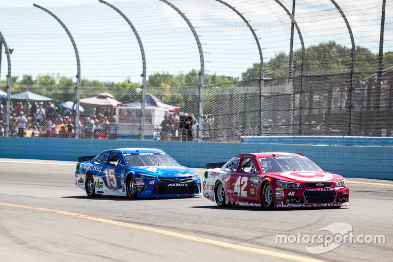 Kyle Larson, Chip Ganassi Racing Chevrolet, dan Clint Bowyer, Michael Waltrip Racing Toyota