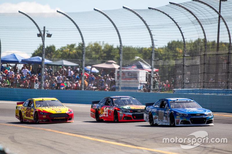 Dale Earnhardt Jr. Hendrick Motorsports Chevrolet dan Tony Stewart, Stewart-Haas Racing Chevrolet da
