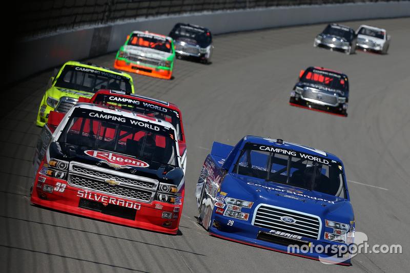 Austin Dillon, GMS Racing Chevrolet dan Ryan Blaney, Brad Keselowski Racing Ford