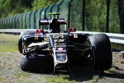 El dañado Lotus F1 E23 de Pastor Maldonado, Lotus F1 Team, que se estrelló en la primera sesión de entrenamientos