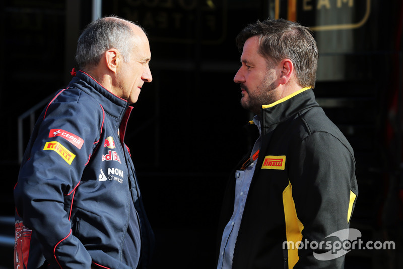 (Kiri ke Kanan): Franz Tost, Scuderia Toro Rosso Team Principal dengan Paul Hembery, Pirelli Motorsport Director