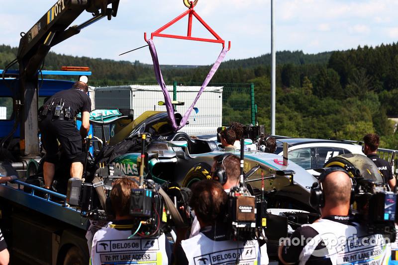 El Mercedes AMG F1 W06 de Nico Rosberg, de Mercedes AMG F1 llevado a los pits en la parte posterior