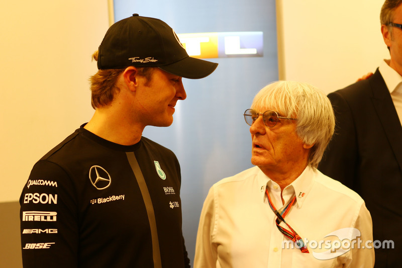(Kiri ke Kanan): Nico Rosberg, Mercedes AMG F1 dengan Bernie Ecclestone,