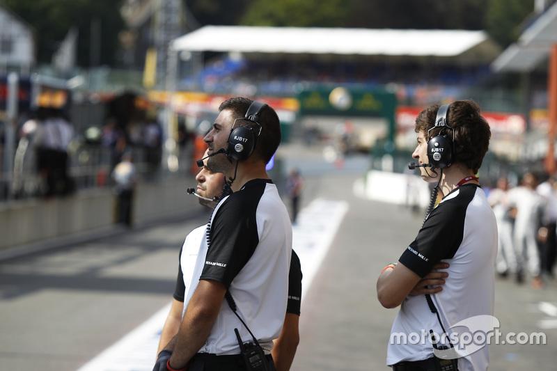 Mekanik menonton kualifikasi melalui layar besar dari pit lane
