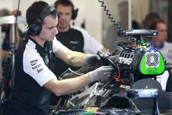 McLaren mechanics work di McLaren MP4-30 of Fernando Alonso,