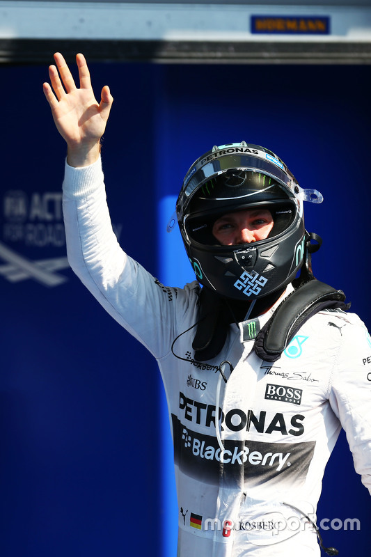 Nico Rosberg, Mercedes AMG F1 merayakan his second position in qualifying parc ferme