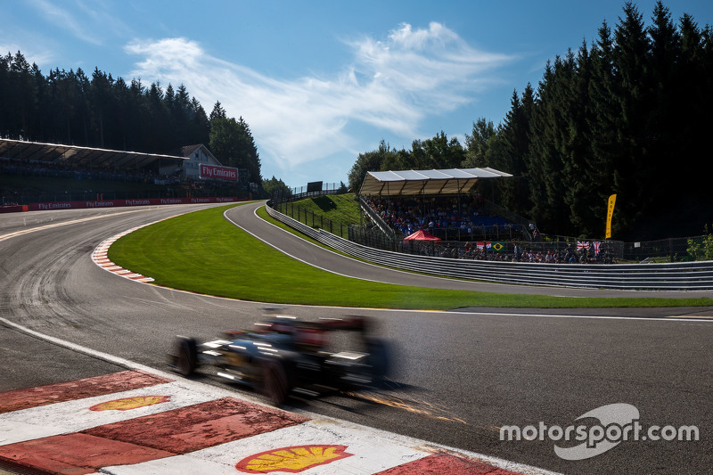 Romain Grosjean, Lotus F1 E23 sends sparks flying