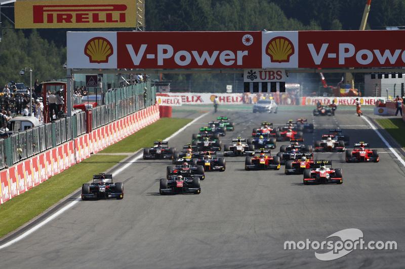 Sergey Sirotkin, Rapax, dan memimpin Stoffel Vandoorne, ART Grand Prix di start