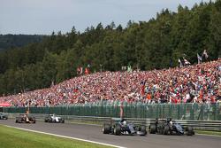 Lewis Hamilton, Mercedes AMG F1 W06 en Sergio Perez, Sahara Force India F1 VJM08, duel voor de leiding bij de start