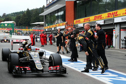 Romain Grosjean, Lotus F1 E23 celebrates his third position with the team at the end of the race